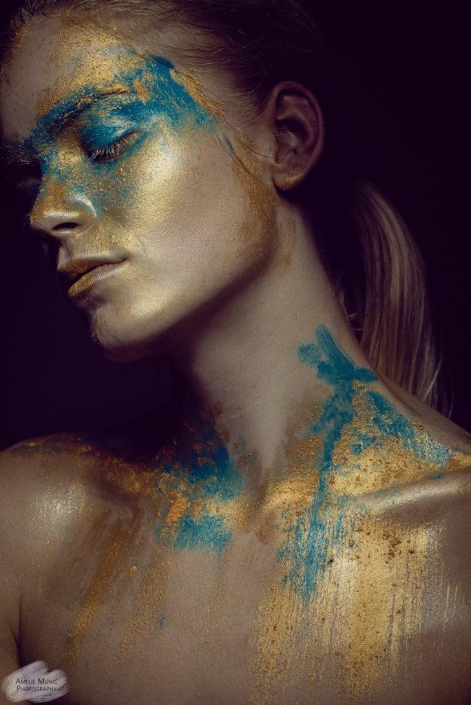starkes-Portrait-einer-Frau-mit-Farbe