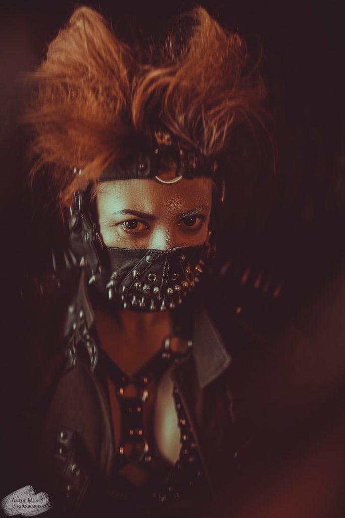 Portrait-einer-frau-mit-maske