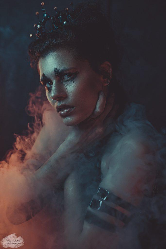 portrait-einer-frau-mit-krone-und-neonlicht-und-nebel