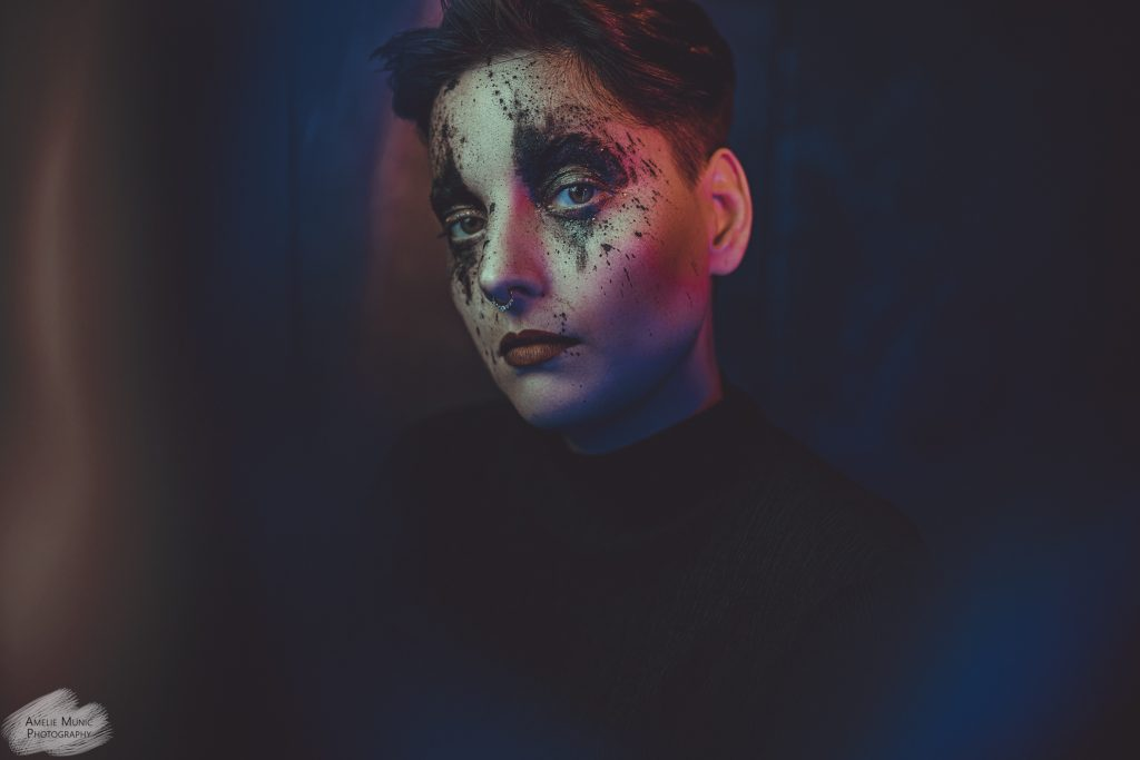 portrait-einer-frau-mit-farbe-und-pigmenten-und-farbigem-licht