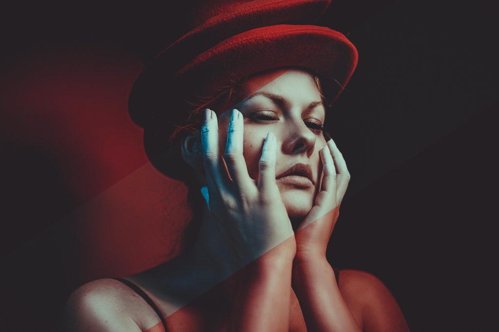 portrait-einer-frau-mit-roten-hüten-und-herzen