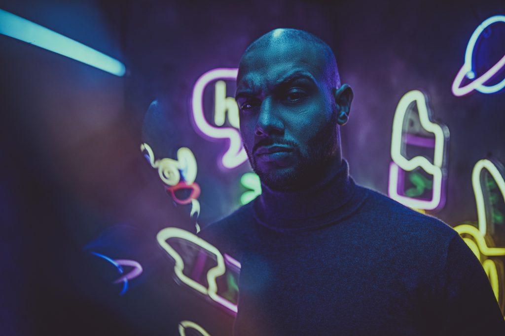 portrait-eines-mannes-im-cyper-punk-stil-mit-neonlicht