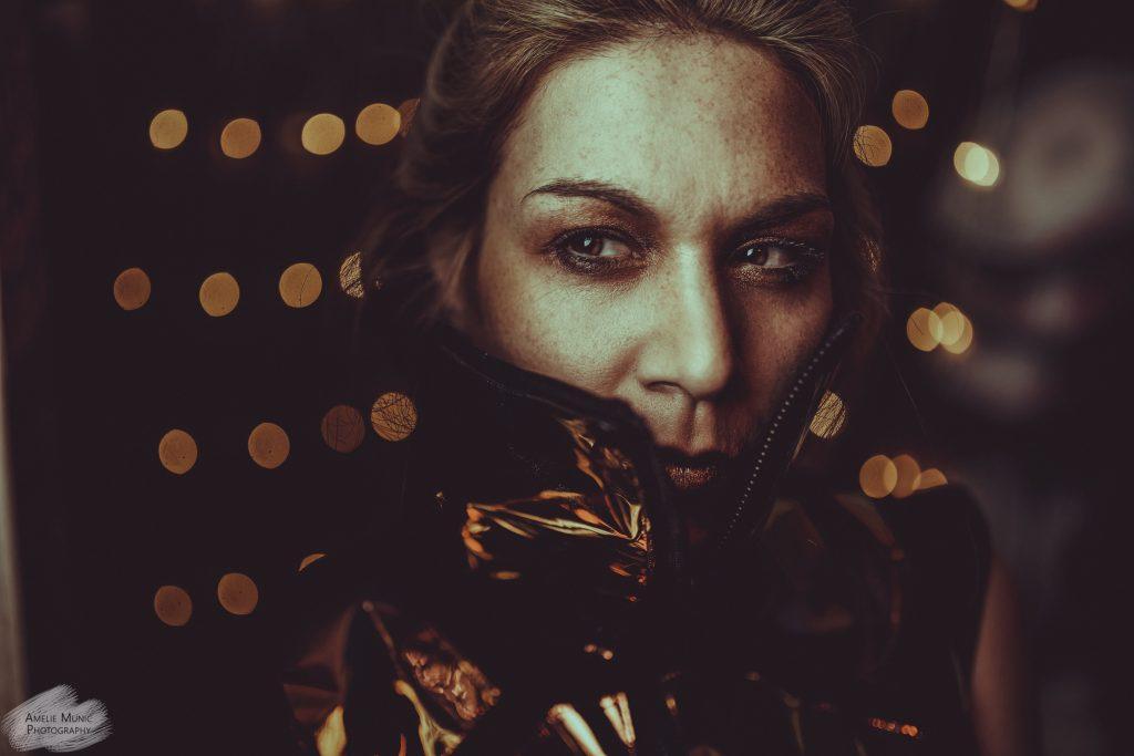 düsteres-portrait-einer-frau-mit-lichterketten