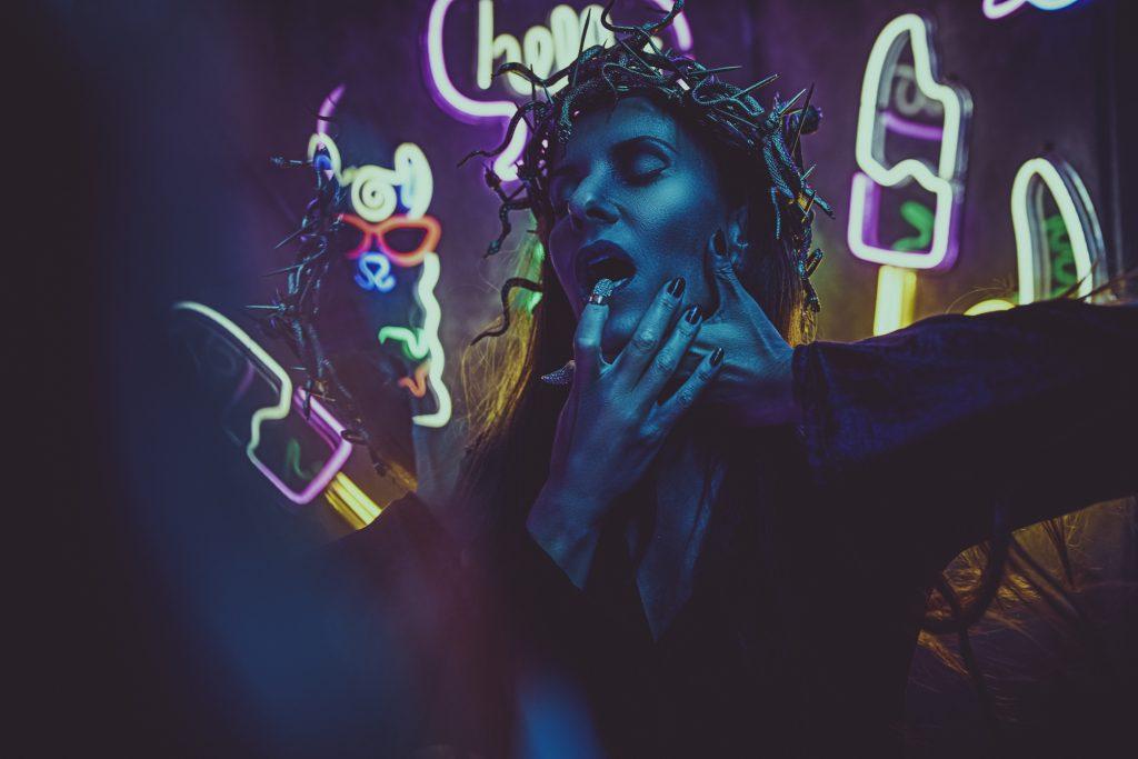 portrait-einer-frau-im-cyper-punk-stil-mit-neonlicht