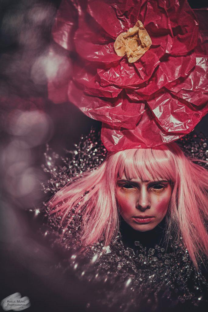 Fashion-Portrait-in-pink-mit-papier-blume