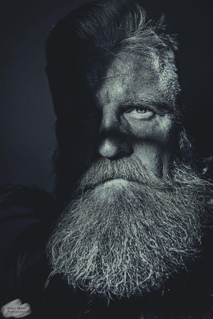 Portrait-eines-Mannes-mit-Bart-in-schwarzweiß