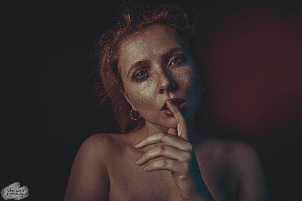 Portrait-einer-rothaarigen-frau