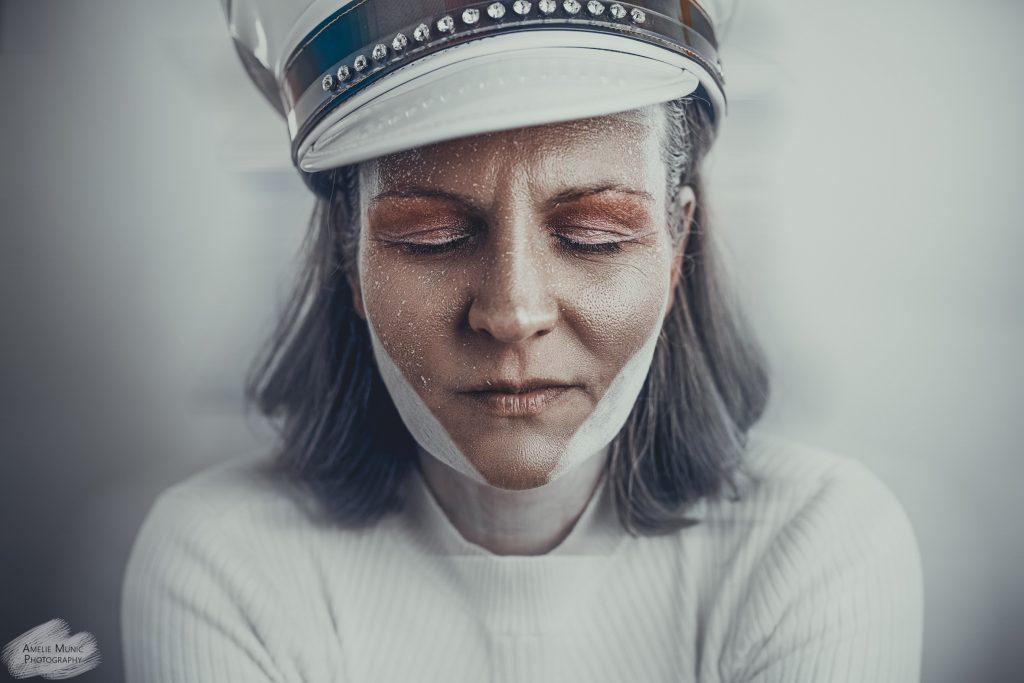 weißes-Portrait-einer-frau-mit-makeup