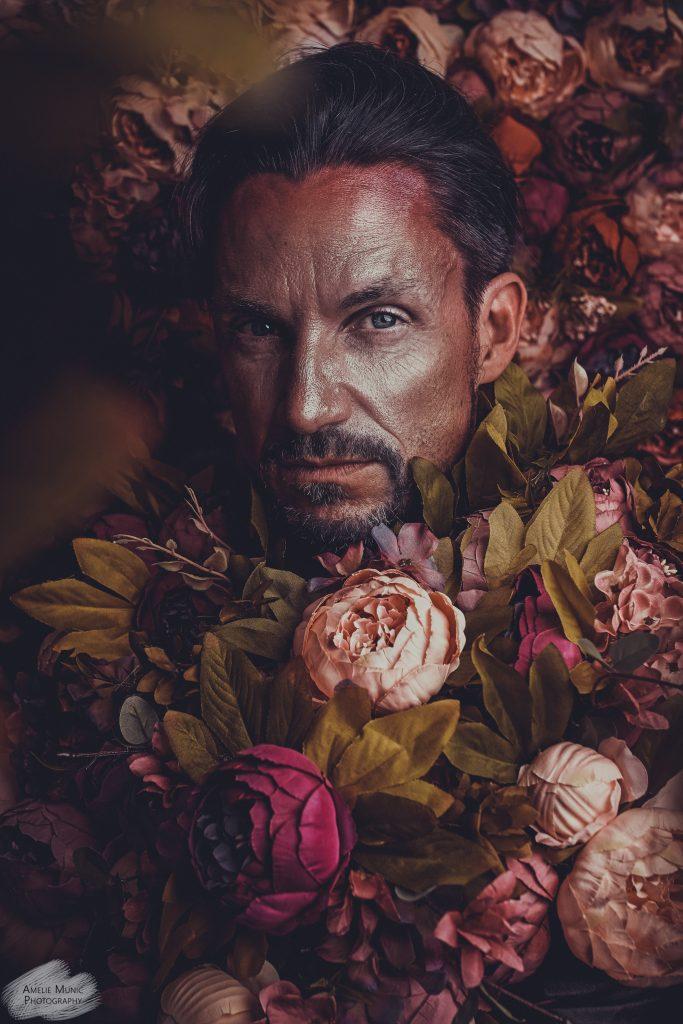 Portrait-eines-mannes-mit-blumen