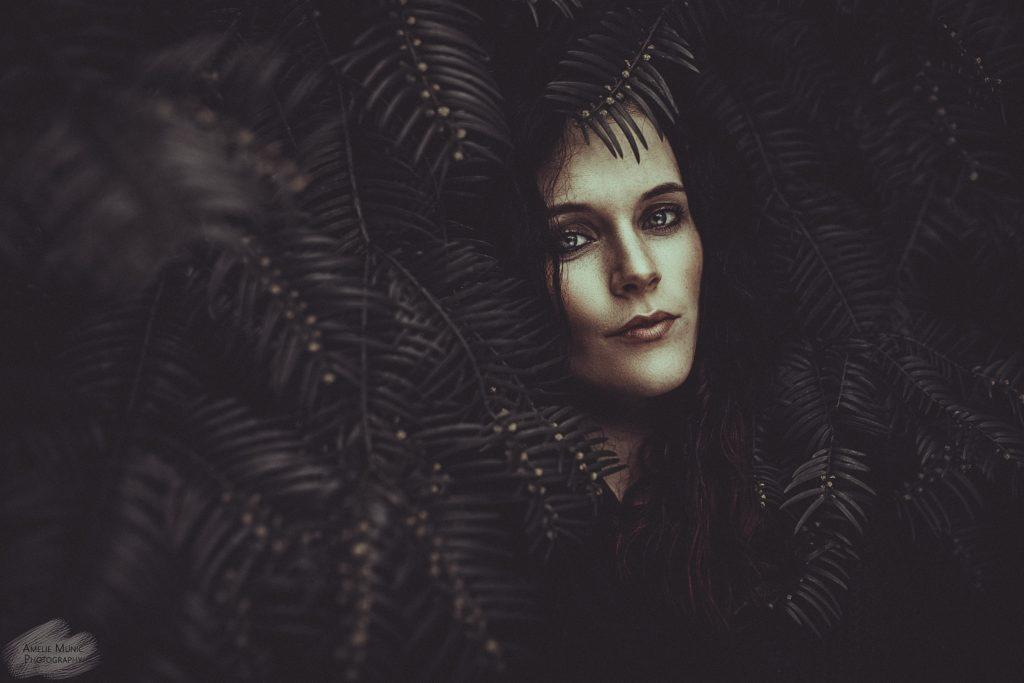 Portrait-einer-Frau-im Wald