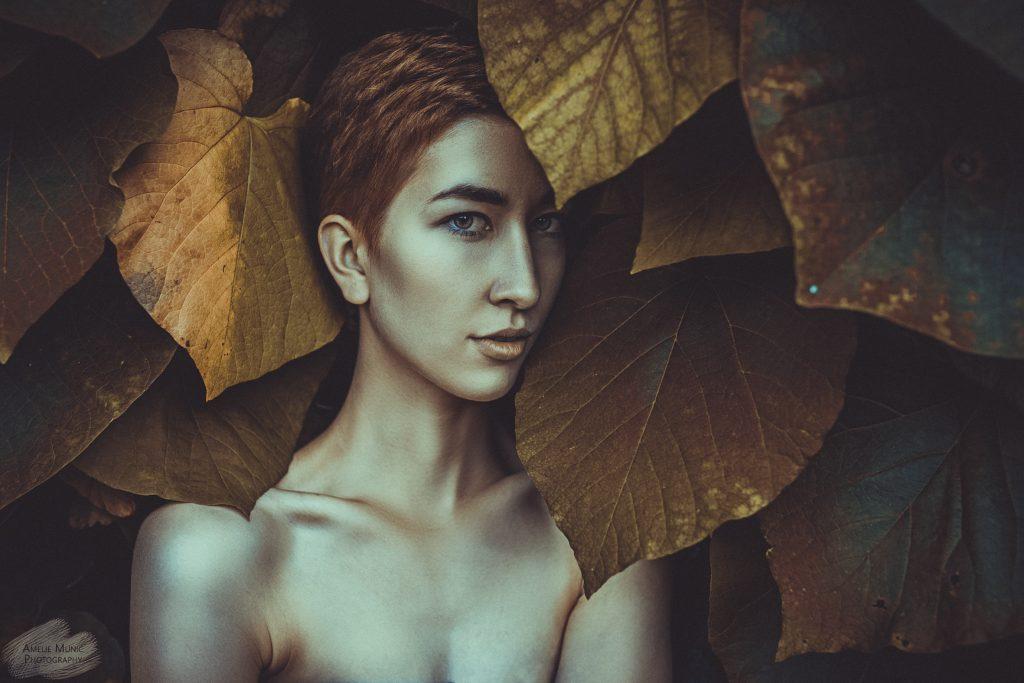 Portrait-einer-Frau-in-großen-Blättern