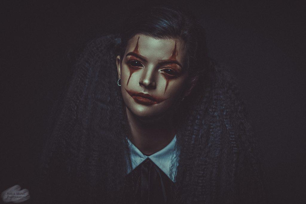 düsteres-Portrait-einer-Frau-mit-halloween-makeup