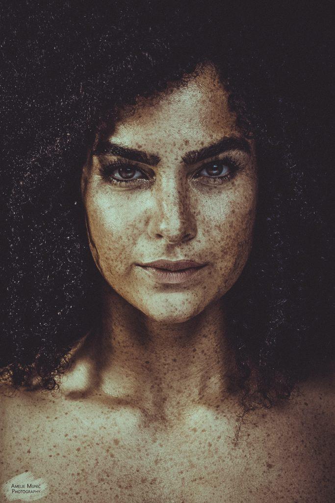 starkes-Portrait-einer_Frau-mit-Sommersprossen